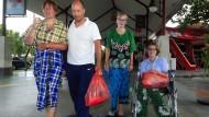 Erschöpft: Die Frankfurterin Lisa Steinmetz (rechts) hat das Schiffsunglück in Indonesien überlebt.