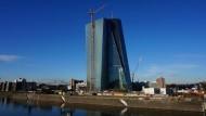 Himmelwärts: Aus dieser Perspektive ist gut zu sehen, dass Kranführer Michael Herstowski der EZB-Turm sozusagen zu Füßen liegt