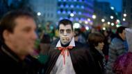 Blut ist das Lebenselixier der Vampire (hier bei einer Karnevalsveranstaltung in Bilbao) und ist auch Thema des neuen Buches von Michael Borlik.