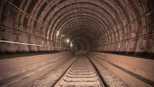 Personen in den Tunneln sorgen für Sperrungen