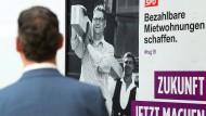 Plakativ: Hessen-SPD-Chef Thorsten Schäfer-Gümbel vor einem Plakat mit einer seiner zentralen Wahlbotschaften