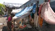 Hier leben, schlafen, hoffen sie: eine Unterkunft in Indien.