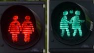 Gleichgeschlechtliche Liebe ist nicht Jedermanns Sache. Trotzdem gibt es diese Ampelmännchen (hier in Wien). Was ist Normalität und was Tugendhochmut?