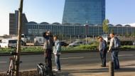 Hoffen am Fuß der EZB: Die Männer, die an der Frankfurter Sonnemannstraße ihre Arbeitskraft anbieten, stammen oft aus Osteuropa.