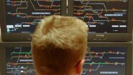 Im Stellwerk: Monitore mit Gleisen