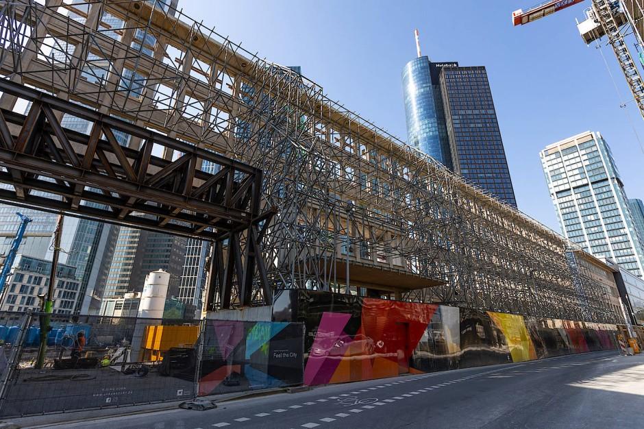 """Nicht viel übrig: die alte Fassade der Deutschen Bank in der Junghofstraße in Frankfurt, die in das Hochhausprojekt """"Four"""" integriert wird"""