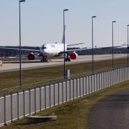 Rotkäppchen inklusive: Der Überzug an den Turbinen geparkter Flugzeuge soll verhindern, dass etwa Vögel darin brüten
