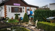 Viel Liebe investiert, von Einbrechern heimgesucht: Claudia und Friedel Geist in vor ihrer Gartenhütte in Frankfurt