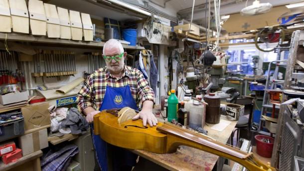 Kurt Reichmann - Der Frankfurter ist einer der wenigen Drehleier-Bauer, die es noch gibt. In seinem Atelier hat er zahlreiche Exemplare