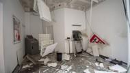 Verwüstet I: der Raum der Kreissparkasse in Weilburg mit dem gesprengten Bankautomaten