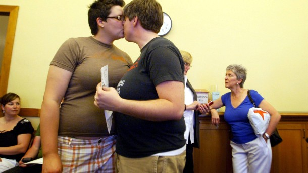 EKHN: Segnung von Homo-Paaren fast wie Trauung