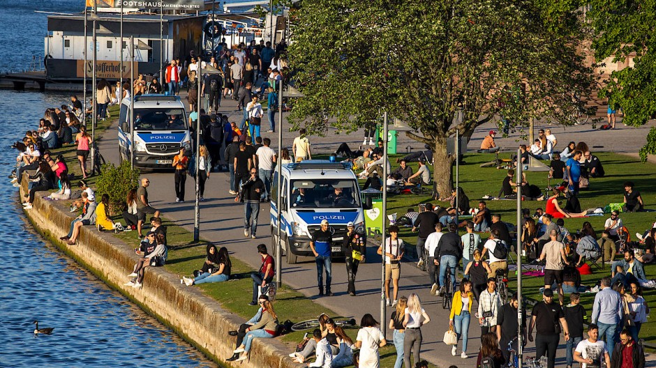 Wimmelbild: Am Mainufer herrscht Sommer- statt Krisenstimmung.