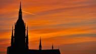 Eine Kirche mit klaren Konturen: der Frankfurter Dom vor dem Abendhimmel.