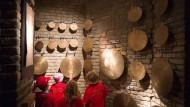 Schlagen: Kinder an tibetanischen Klangplatten im Untergeschoss.