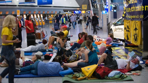 Sleep in - Fluglärmgegner versammeln sich am Flughafen, um schlafend gegen den Lärm zu protestieren. Sie wollen vonn 22 Uhr bis sechs Uhr früh dort schlafen. Die Veranstaltung beginnt um 20 Uhr