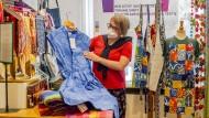 Ursula Artmann zeigt im Weltladen ein Kleid aus Ghana.