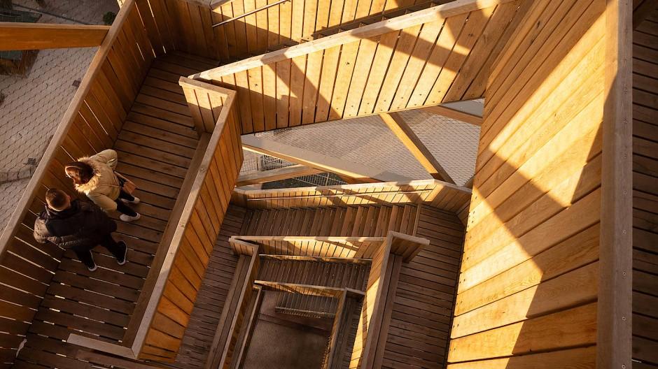 Treppenflucht: 196 Stufen aus Eiche führen auf den Turm.