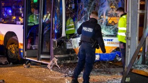 Polizei wertet Videoaufnahmen nach Busunfall  aus