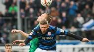 """""""Mister Zuverlässig"""": Alexander Huber im FSV-Trikot im Luftkampf mit dem Duisburger Dennis Grote"""