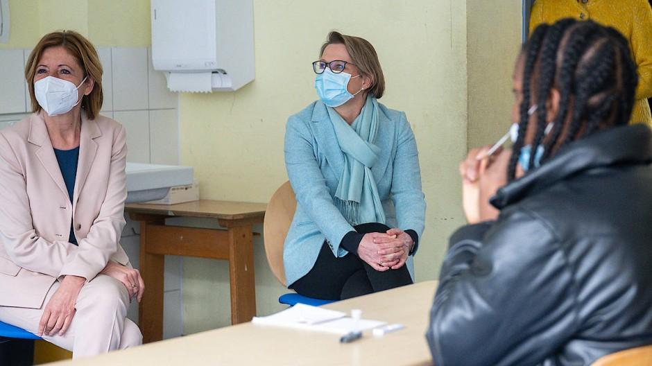 In Rheinland-Pfalz testen die Schüler schon: Ministerpräsidentin Malu Dreyer (links, neben Bildungsminisiterin Stefanie Hubig) bei einem der ersten Testtermine in der Mainzer Anne-Frank-Schule.