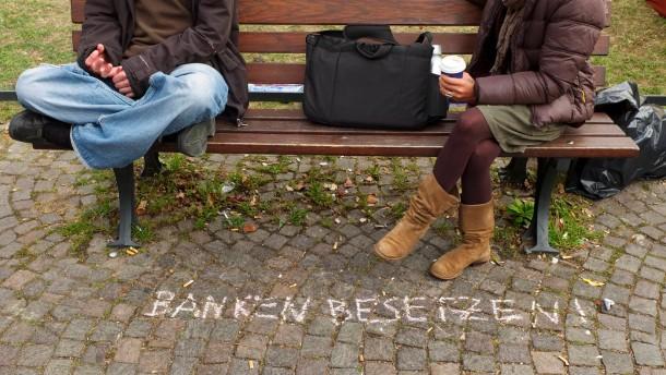 """Occupy Frankfurt - Globalisierungsgegner haben ihre Zelte in der Taunusanlage vor der EZB aufgeschlagen und demonstrieren gegen die """"Macht der Finanzmärkte""""."""