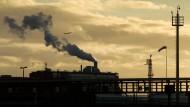Dunkelblauer Dunst vor gelben Wolken: der Blick von Norden auf den Industriepark Höchst