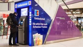 Unter der Rolltreppe: Im Frankfurter Skyline Plaza steht ein Geldautomat, der Schweizer Franken ausgibt.