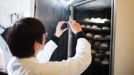 Alles klar im Gärschrank? Nicht ganz. Lebensmittelkontrolleurin Simone Wollin entdeckt und fotografiert Kalkspuren.