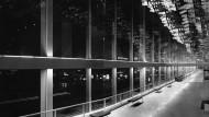 Viel Glas, tief hängende Kunst: Blick in das Wolkenfoyer der Städtischen Bühnen Frankfurt im Januar 1964
