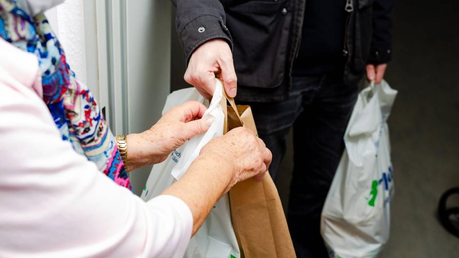 Schwer zu tragen: In der Pandemie entstehen Helfenden wie der Tafel in Schwalbach nicht nur höhere Kosten durch Masken und Desinfektionsmittel, sondern auch dadurch, dass sie nun zu ihren Kunden fahren, um sie zu beliefern.