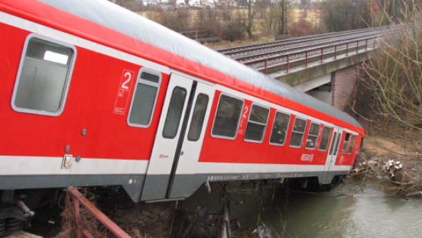 Bahnwaggon rutscht von Brücke in die Kinzig