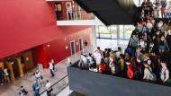 Unterwegs mit neuem Wissen: Studenten im Hörsaalzentrum der Goethe-Universität
