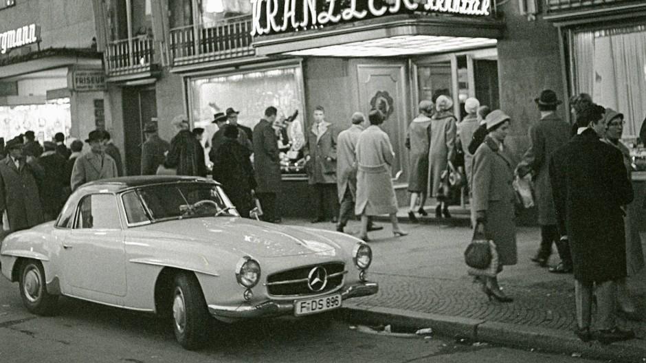 Weihnachtsstimmung mit Mercedes 190 SL: Café Kranzler an der Frankfurter Hauptwache 1958