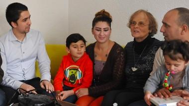 Gelungene Hilfe: Mohammad Abazid (links) und Gabriella Deppert (zweite von rechts) haben sich erfolgreich für die Familie von Khunaf Issa eingesetzt.