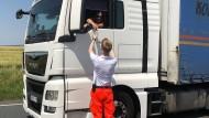 Wasser! Ehrenamtler der Johanniter versorgten auch diesen Lasterfahrer im Hitze-Stau auf der A5 in der Wetterau