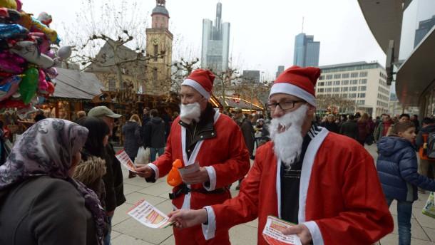 """Piratenpartei veranstaltet Demo gegen mehr Überwachung, Stigmatisierung von Ausländern und das Schüren von Angst nach gescheitertem Bonner Bombenanschlag. Die Demo heißt """"Weihnacht statt Angst"""". Die Teilnehmer sind als Weihnachtsmänner verkleidet."""