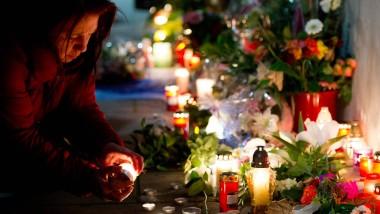 Abschied nehmen: Am Freitagabend gedenken hunderte Menschen Tugce, deren lebenserhaltenden Maschinen in wenigen Stunden abgestellt werden.