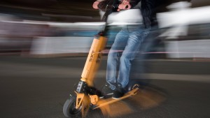 Junge Frau bei Unfall mit E-Scooter schwer verletzt