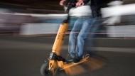 """Obacht: Schon alleine auf einem E-Tretroller sehr flott zu fahren, kann im Zweifel riskant sein – mit """"Beifahrer"""" umso mehr"""