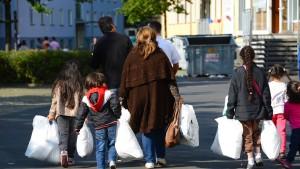 Bouffier: Sachleistungen statt Geld für Flüchtlinge