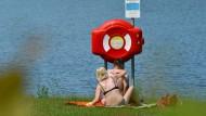 Riskant: Schwimmen im Edersee ist nicht nur beschaulich, wie am Ufer deponierte Rettungsringe zeigen (Symbolbild)