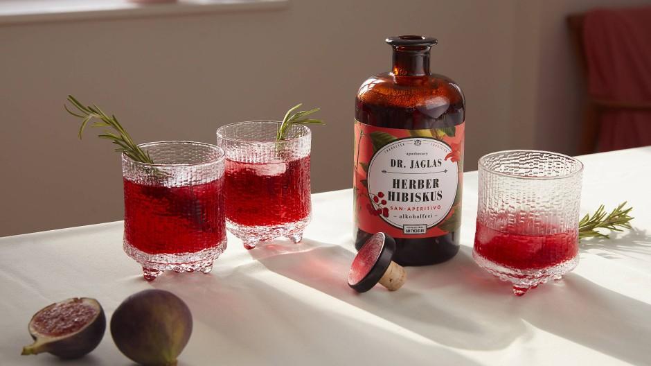 Leuchtend roter Tropfen: Der Hibiskus-Aperitif überzeugt mit herber Süße und schmeichelnden Aromen.