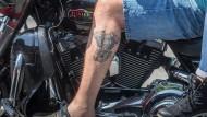 Zeugnis: Die Form des Motors seiner Harley-Davidson hat sich der Besitzer auf das linke Bein tätowieren lassen