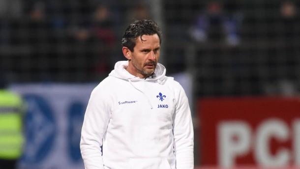 Darmstadt-Trainer Schuster über Rasen beschämt