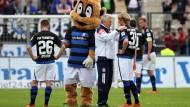 Nur das Maskottchen verzieht keine Miene: FSV-Trainer Möhlmann und seine Spieler blasen am Sonntag nach dem 0:3 gegen Sandhausen reichlich Trübsal.