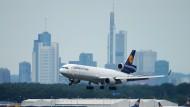 Laut Fluglärmkommission wird seit 15 Jahren den Anrainern des Flughafens eine Lärmobergrenze versprochen. Eine Cargo-Maschine der Lufthansa landet auf dem Flughafen Frankfurt.