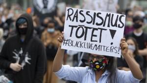 Hunderte Menschen demonstrieren gegen Rassismus und Polizeigewalt