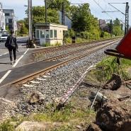 Nicht die neueste Technik: der Bahnübergang in Frankfurt Nied nach dem schweren Unfall