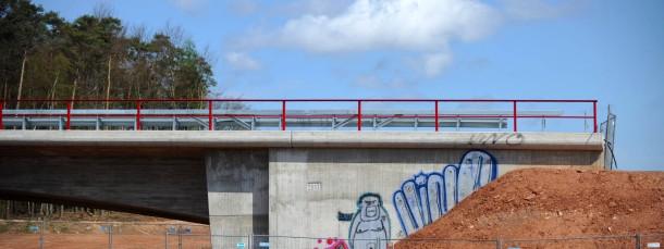 Unvollendet: Autobahn 49 - hier eine Brücke über die Trasse nahe Schwalmstadt