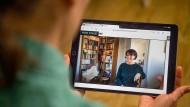 Digitale Präsentation: Autorin Antje Damm las nicht nur vor, sondern zeigte auch einen ihrer aufwendig gestalteten Schaukästen.